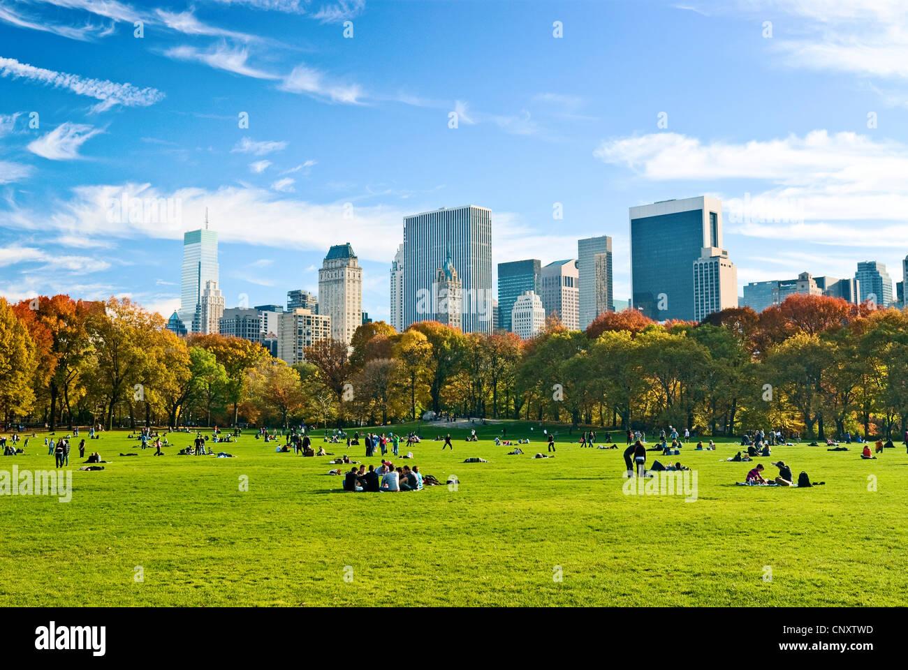 Central Park in New York City, im Herbst, mit Blick auf die Skyline von Central Park South von Sheep Meadow. Stockbild