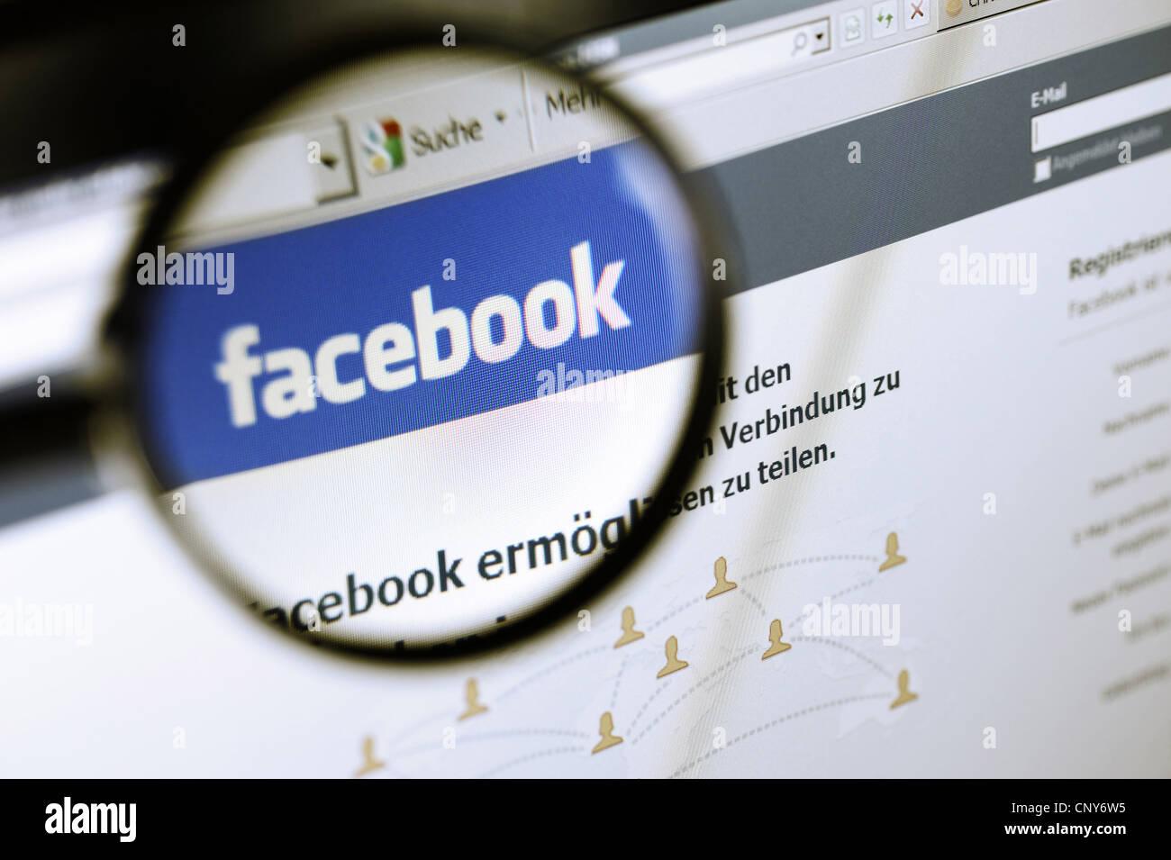 das Facebook-Logo unter der Lupe als Symbol für die Plattform rechtlich zweifelhaften Umgang mit privaten Daten Stockbild