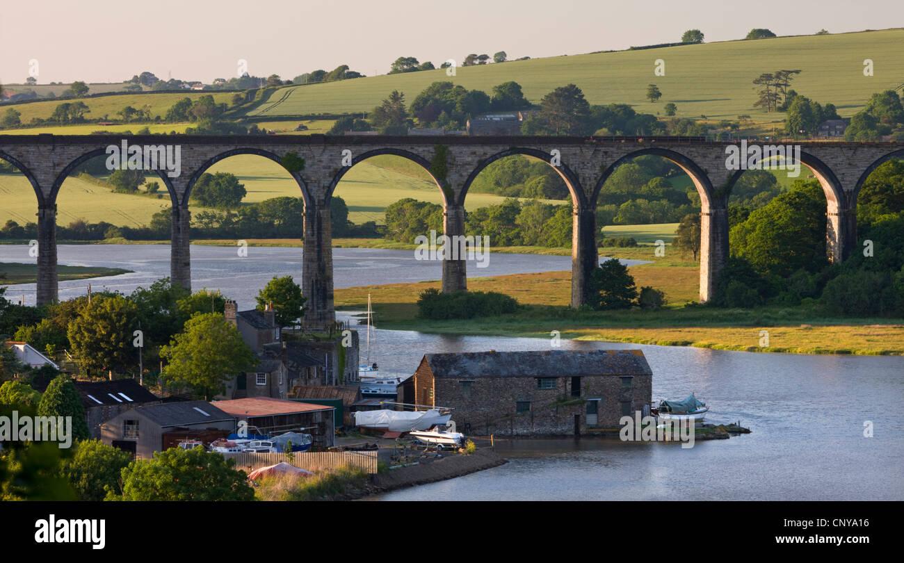 Eisenbahnviadukt überspannt den Fluss Tiddy in der Nähe der kornischen Dorf of St Germans, Cornwall, England. Stockbild
