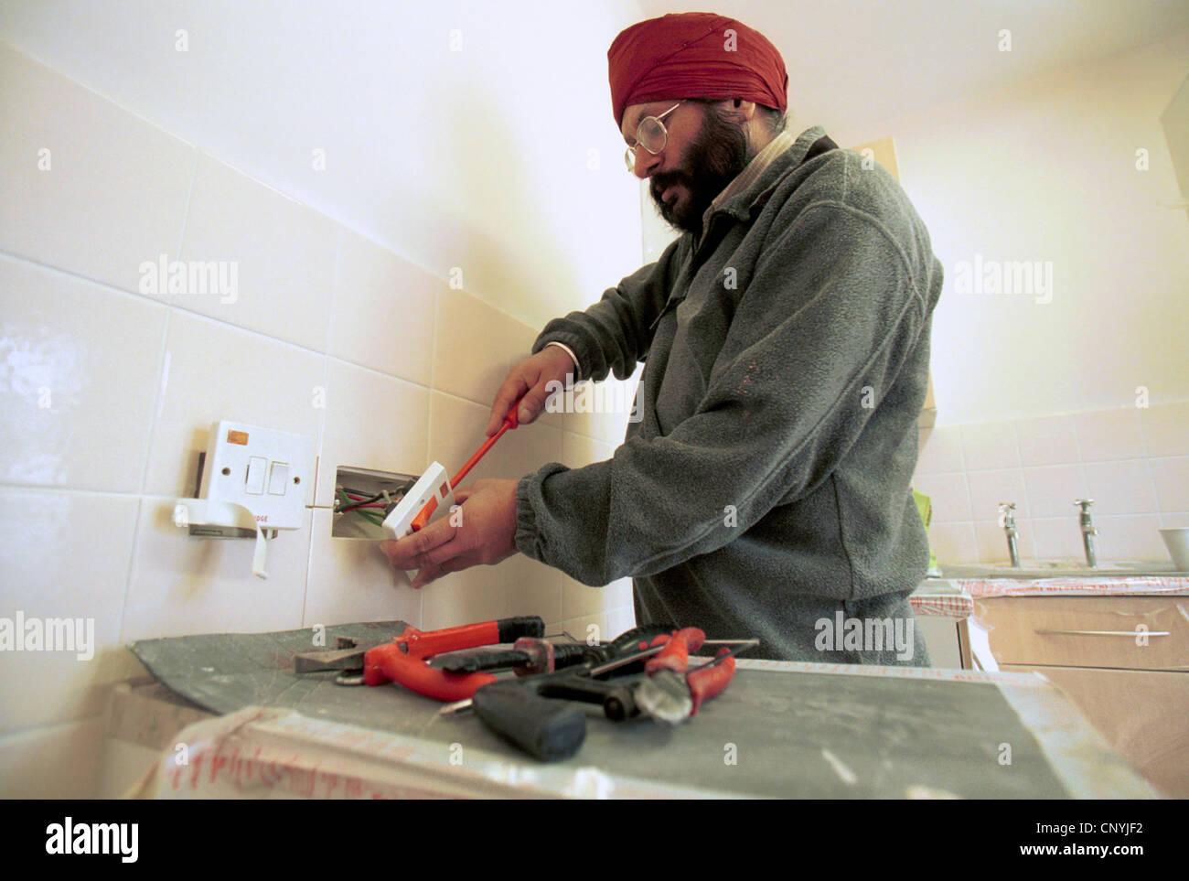 Elektriker Verkabelung eine Steckdose. Des Rates Häuser Sanierung ...