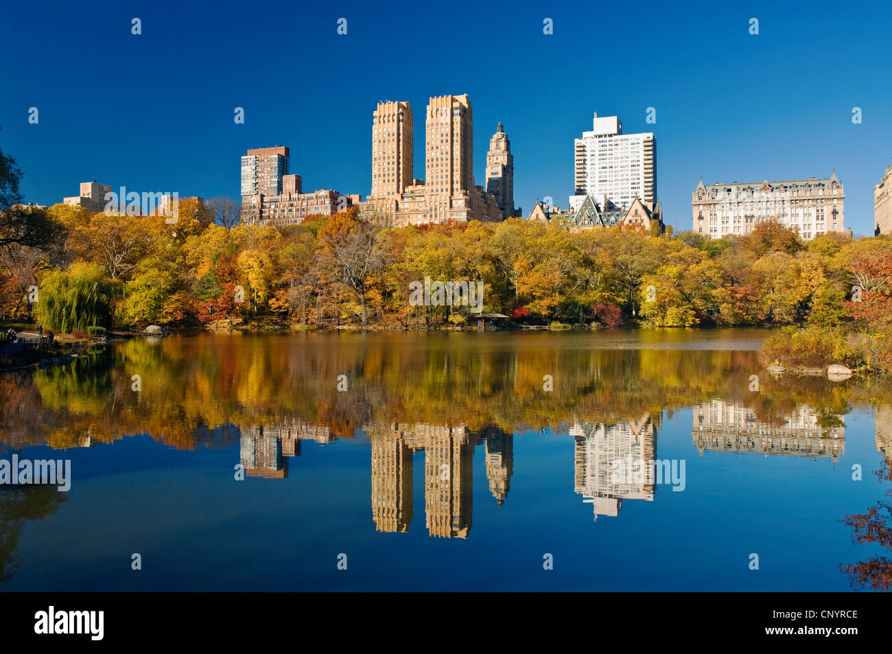 Central Park in New York City im Herbst am See mit Skyline von Central Park West und die Dakota Apartments. Stockbild
