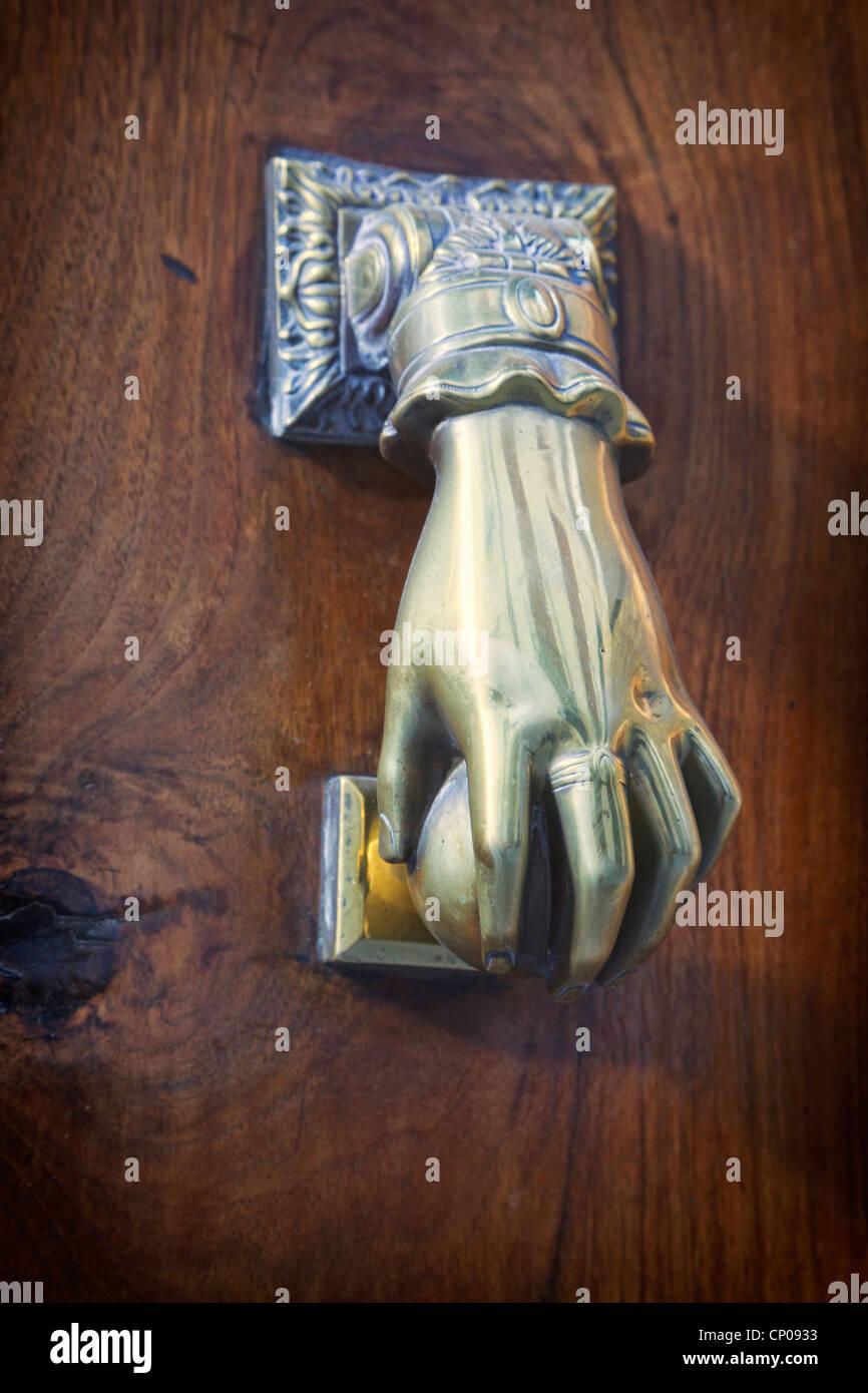 Türklopfer in Form von Hand mit Kugel Stockbild