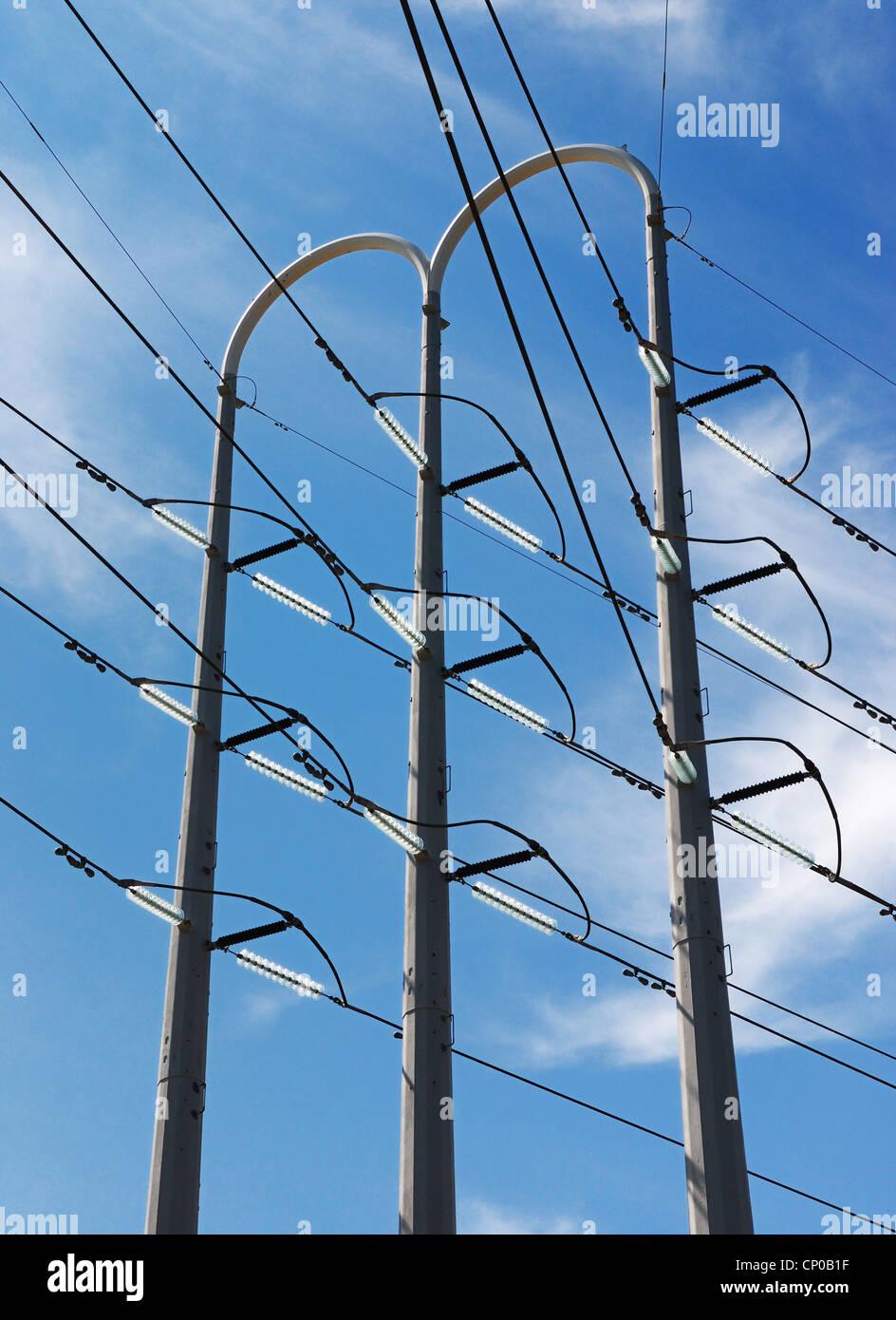hohe Spannung Strom Verteilung Turm, Kabel und Isolatoren Stockbild