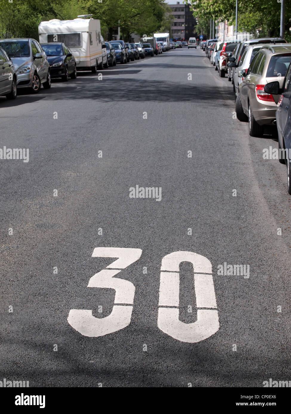 Traffic beruhigten Bereich in Deutschland, Geschwindigkeit 30 km/h zu begrenzen Stockfoto