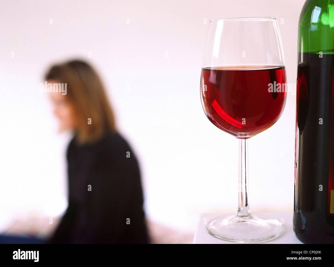 Frau in ihren Dreißigern mit Glas Wein. Stockbild