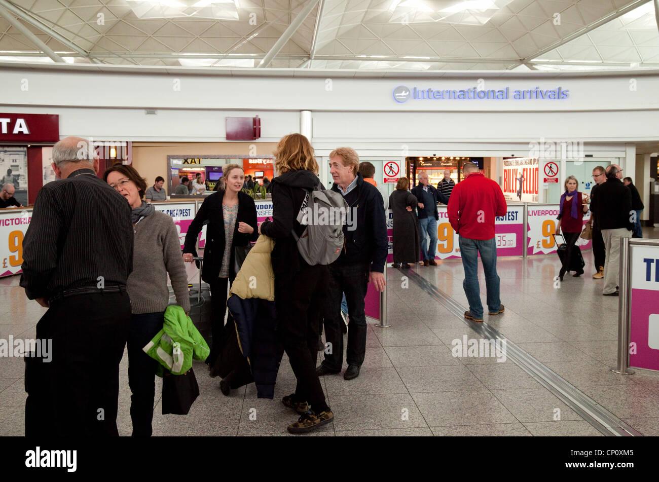 Menschen bei der Abteilung internationale Ankünfte, Stansted Flughafen Essex UK Stockbild