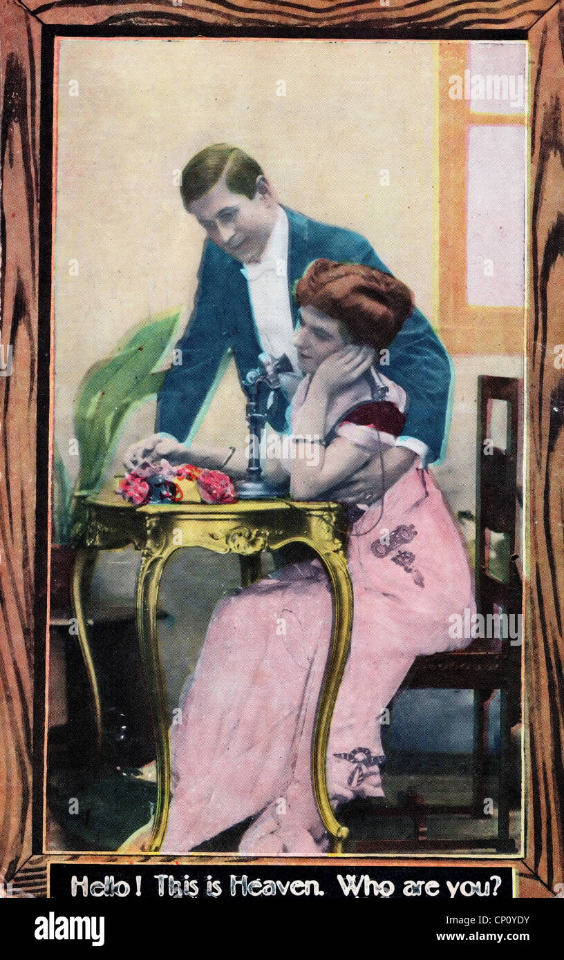 Hallo, ist dies der Himmel. Wer bist du? Vintage Postkarte zeigt Frau am Telefon während Mann blickt auf Stockbild