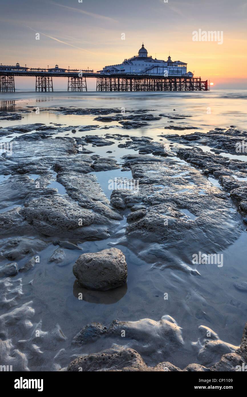 Eastbourne Pier kurz nach Sonnenaufgang eingefangen Stockbild