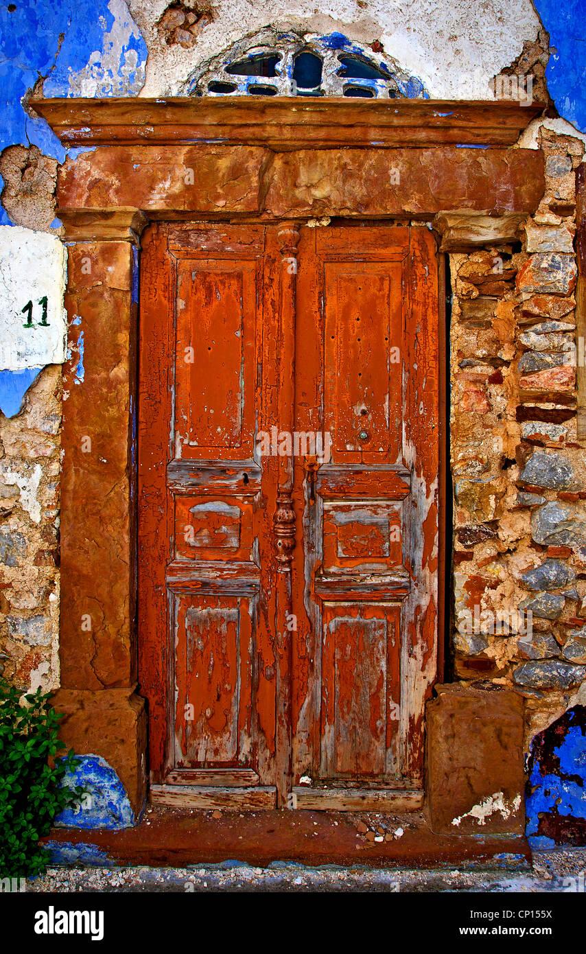 """Schöne alte Tür in dem mittelalterlichen Dorf Vessa, eines der """"Mastichochoria"""" (""""Mastix Stockbild"""