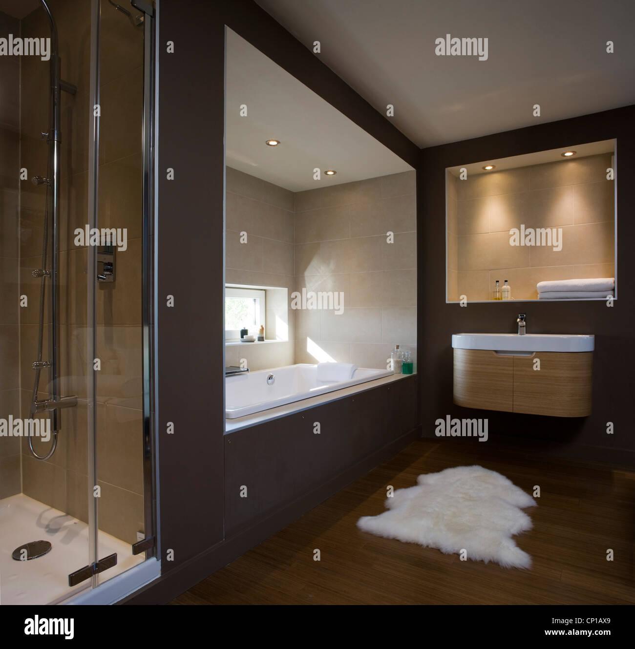 Dunkle Braune Badezimmer Mit Eingelassenen Badewanne In Carbon