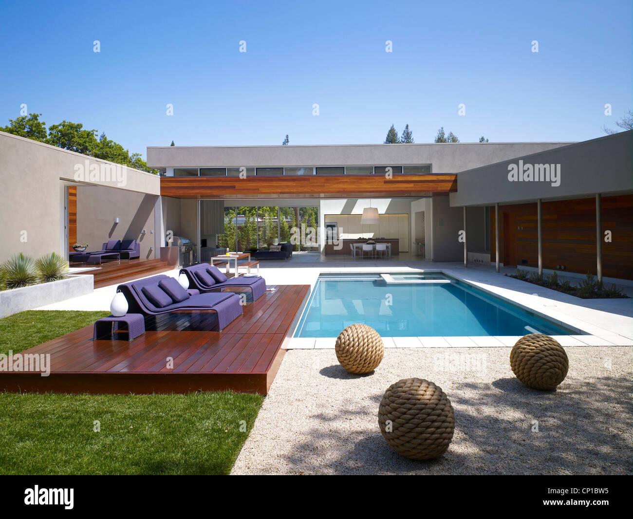 Pool Terrasse mit Möbeln Stockfotografie   Alamy
