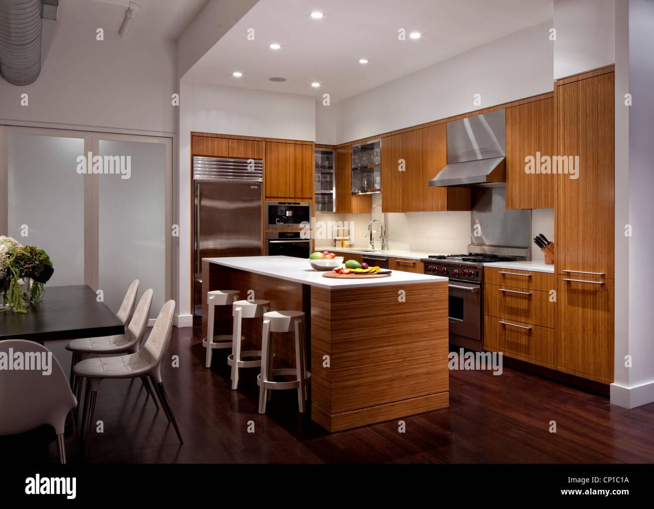 Bamboo Küche Und Esszimmer Bereich Mit Edelstahlgeräten, New York, USA.  Stockbild