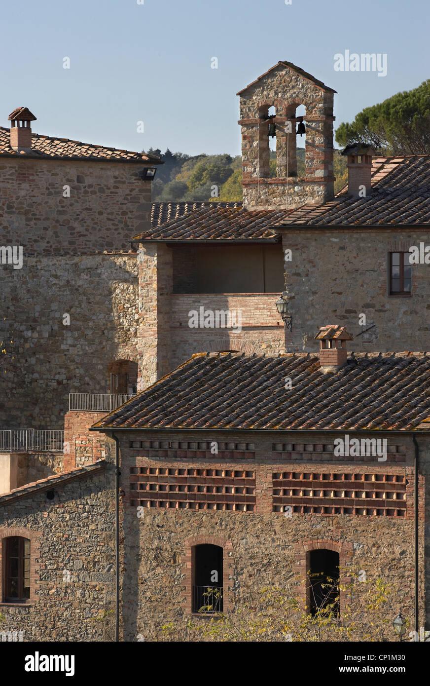 Gebäude-Fassaden und Dächer, Castel Monastero, Castelnuovo Berardenga, Toskana, Italien. Stockbild