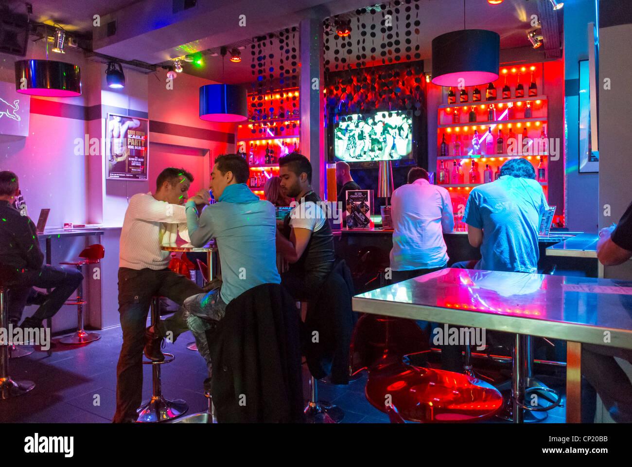 Paris, Frankreich, Männer-Sharing Getränke innen Französisch Gay Bar ...