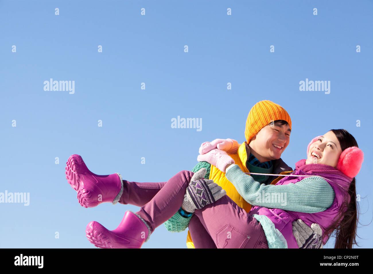 Glückliches junges Paar im Skigebiet Stockbild