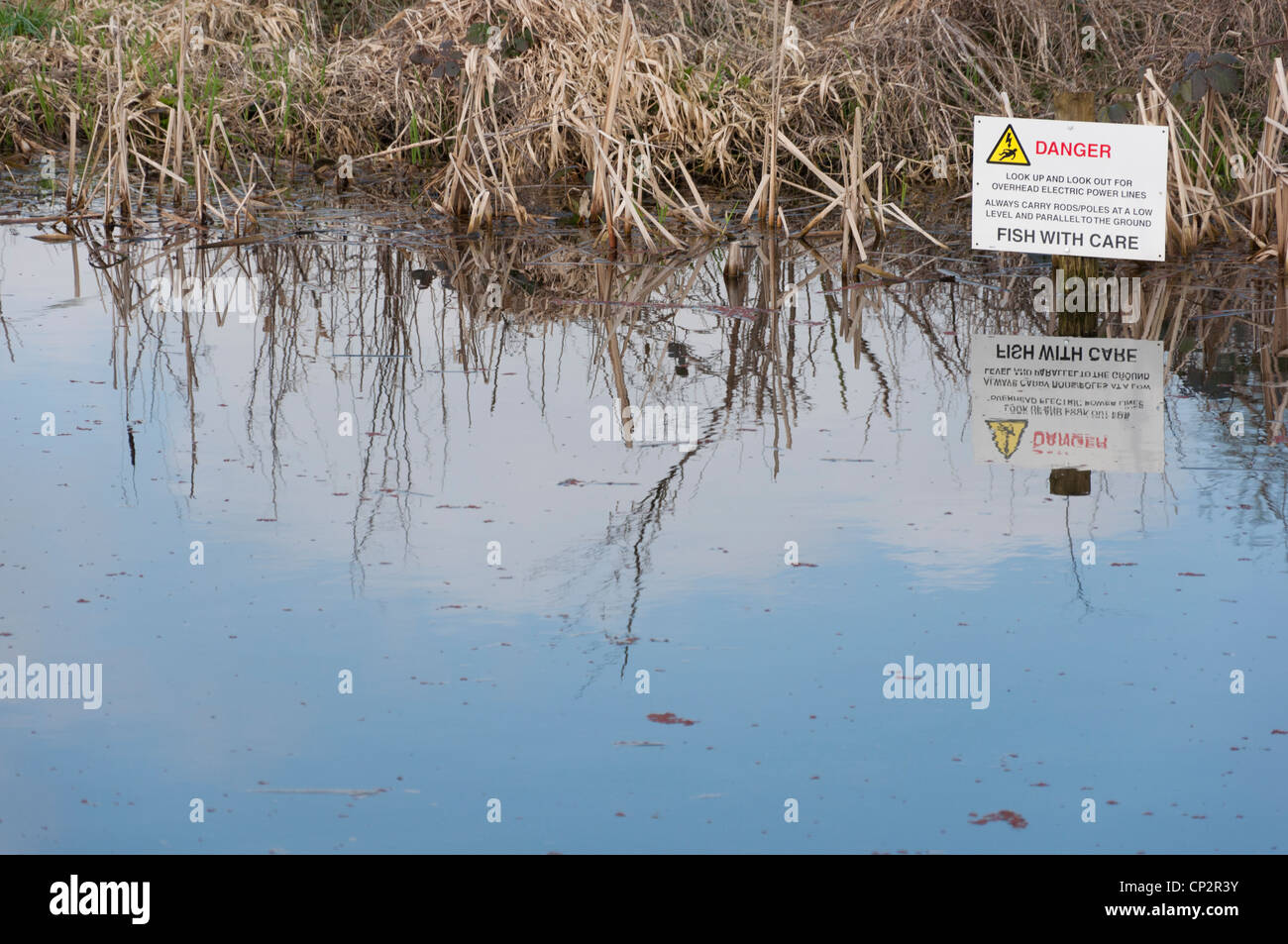 Kanal-Oberfläche mit Schild Warnung der Untergetauchten ...