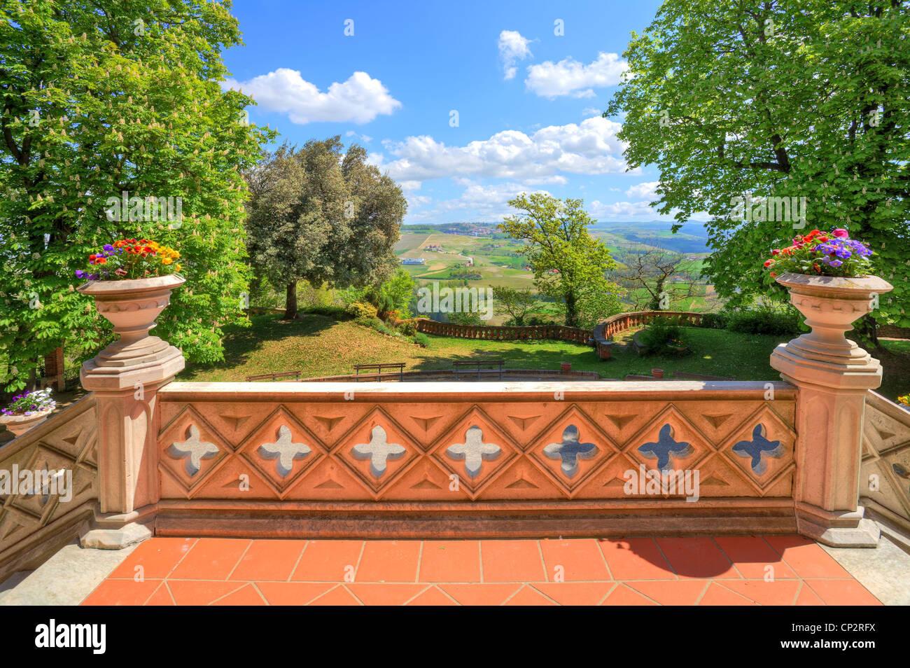 Blick auf den kleinen Hof und Hügeln aus Steinterrasse Novello Burg im Piemont, Norditalien. Stockbild
