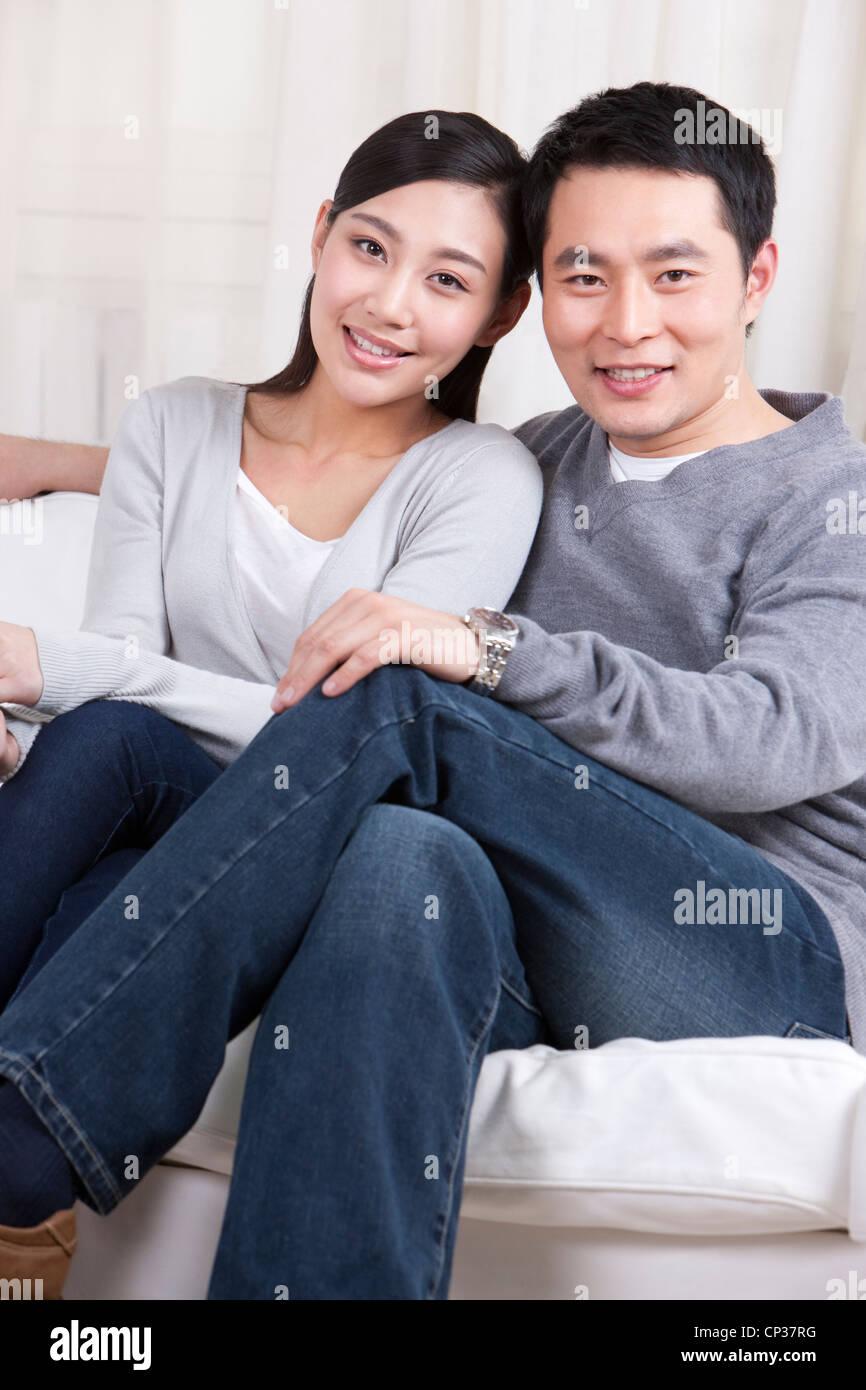 Junges Paar im Sofa sitzen Stockbild