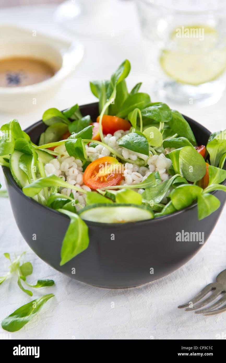 Gerste und Tomatensalat Stockfoto
