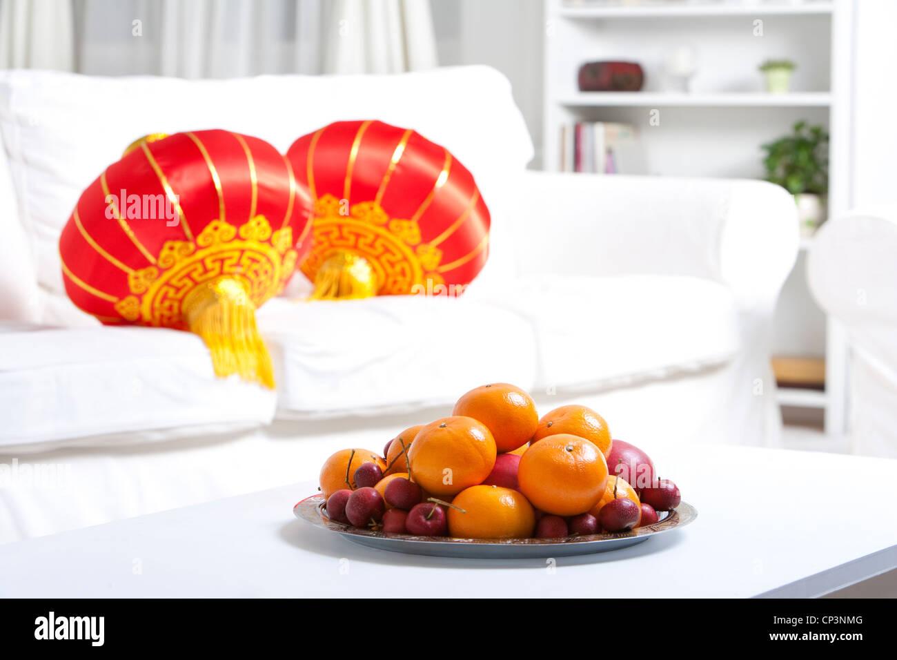 Schale mit Obst und Lampions zum chinesischen Neujahr feiern Stockbild