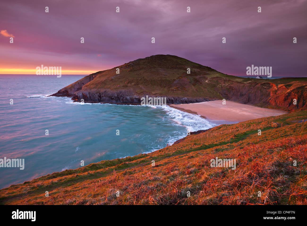 Sonnenuntergang Mwnt Strand und Landzunge Cardigan Bay Ceredigion Küste Cardiganshire Wales Großbritannien Stockbild