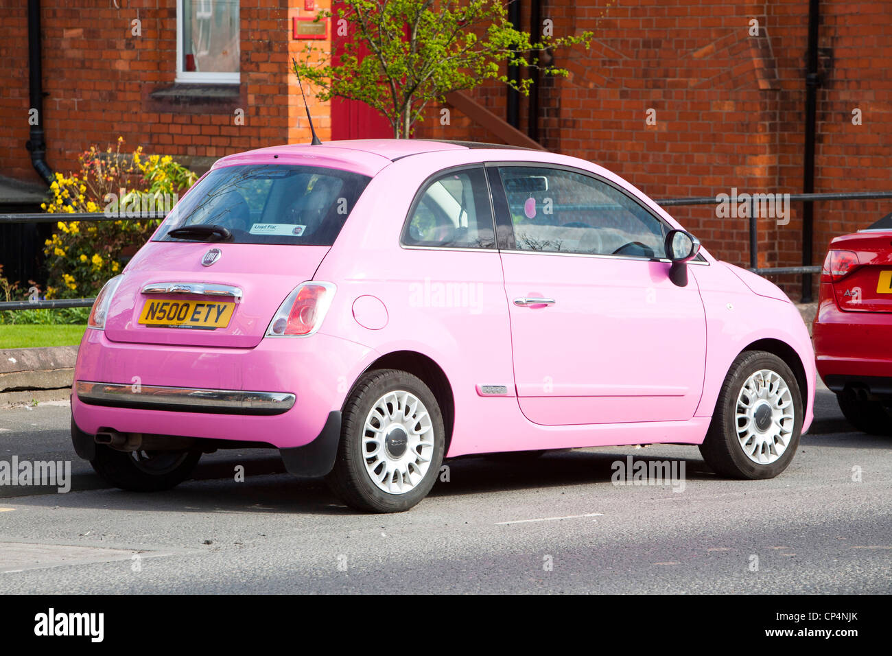 Ein rosa Fiat 500, das bis zu 70 pro Gallone Auto in Carlisle, Cumbria, UK. Stockfoto