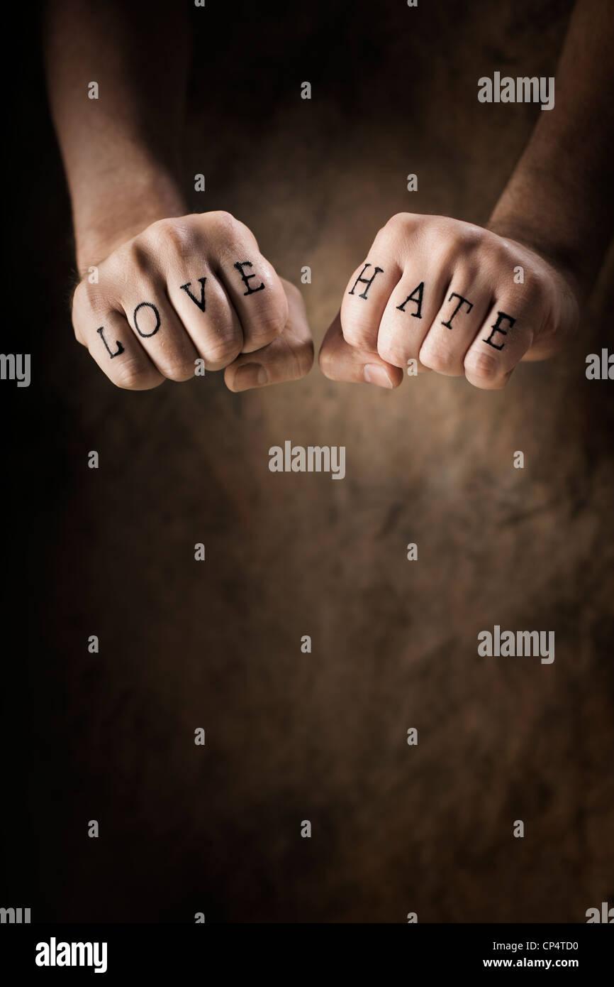 Mann mit Liebe und Hass (fake) Tattoo. Stockbild