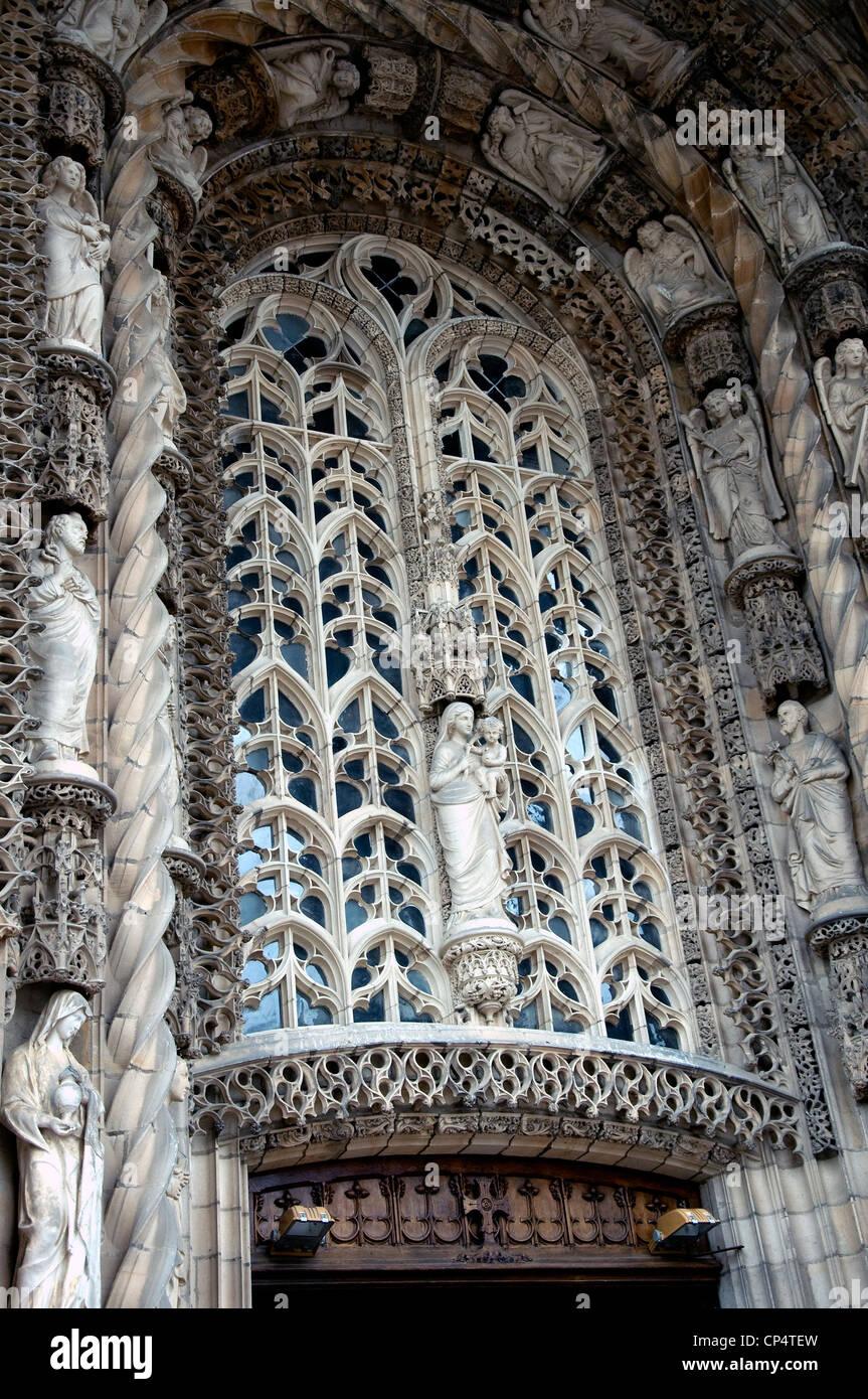 In Albis riesige Ste-Cécile Backstein-Kathedrale ist der Stein gemeißelten Reredo ein markantes highlight Stockbild