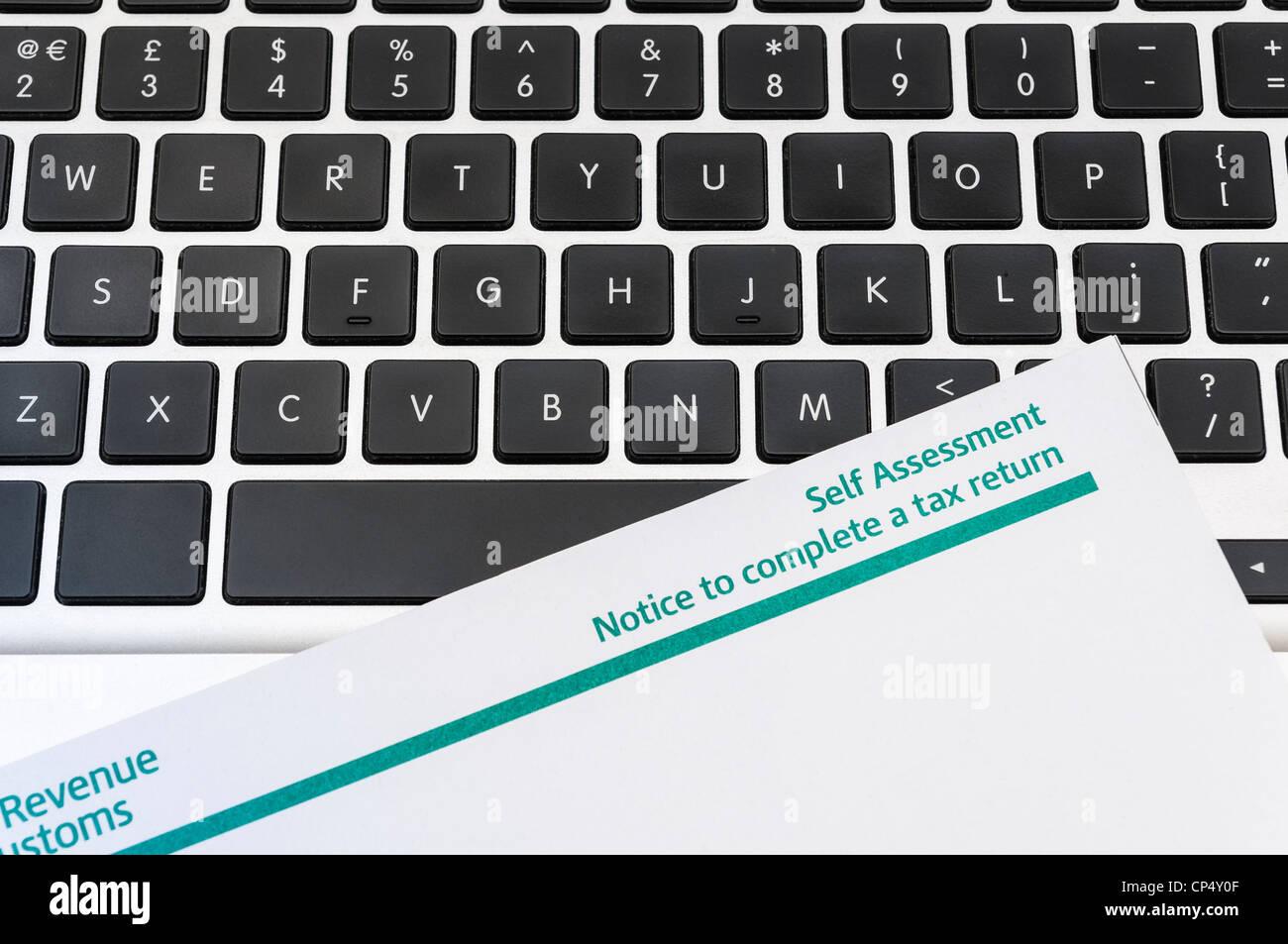 Detail der leere Steuererklärung auf Computer-Tastatur. Stockfoto