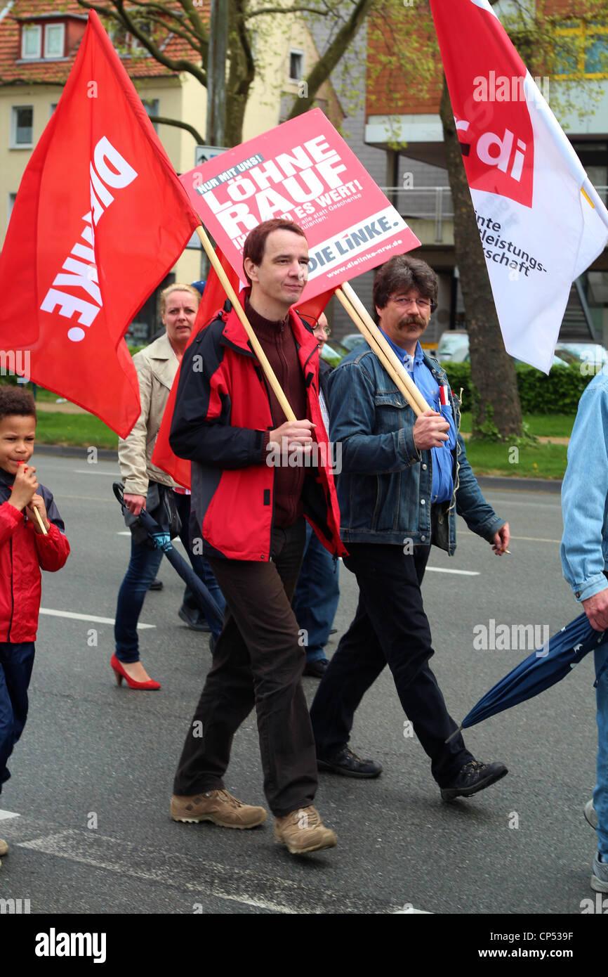 """Demonstrant mit roten Zeichen """"Die Linke"""", behauptet für mehr Lohn. Stockbild"""