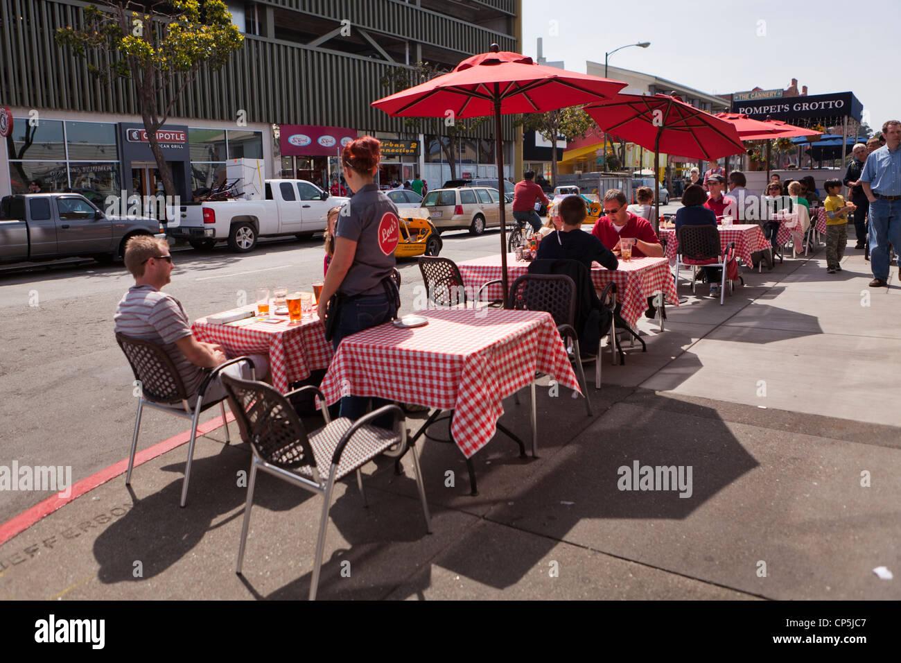 Restauranttische auf dem Bürgersteig Stockbild