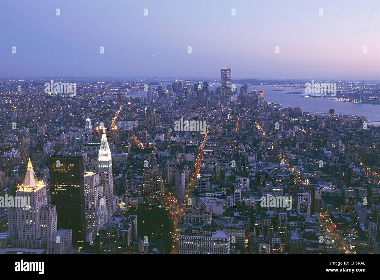 Vereinigte Staaten von Amerika des 20. Jahrhunderts der neunziger Jahre New Yorker Nacht Blick auf Manhattan. Im Stockbild