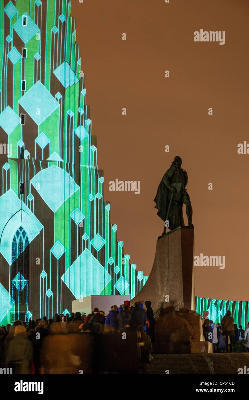 Laser-Licht-Show auf Kirche Hallgrimskirkja, Reykjavik, IcelandStatue von Explorer Leif Eriksson.  Jährliche Stockbild