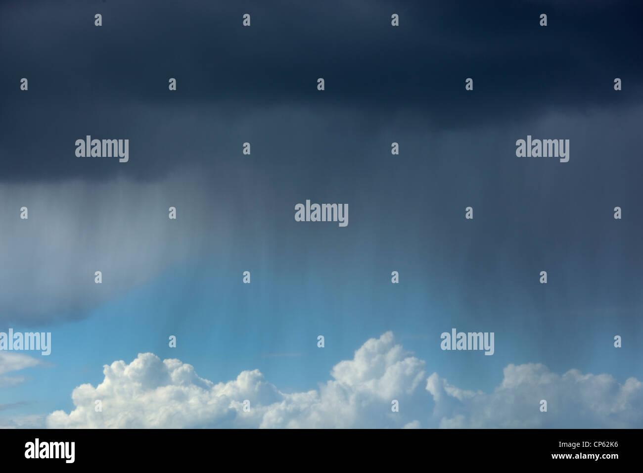 Regen fällt von dunklen Wolken am regnerisch Tag Stockbild