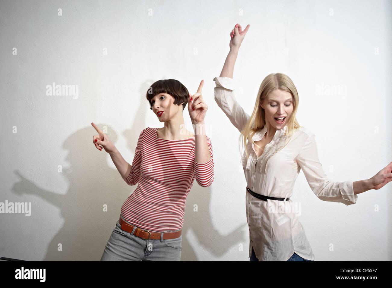 Deutschland, Köln, junge Frauen, die Spaß, lächelndes Stockbild