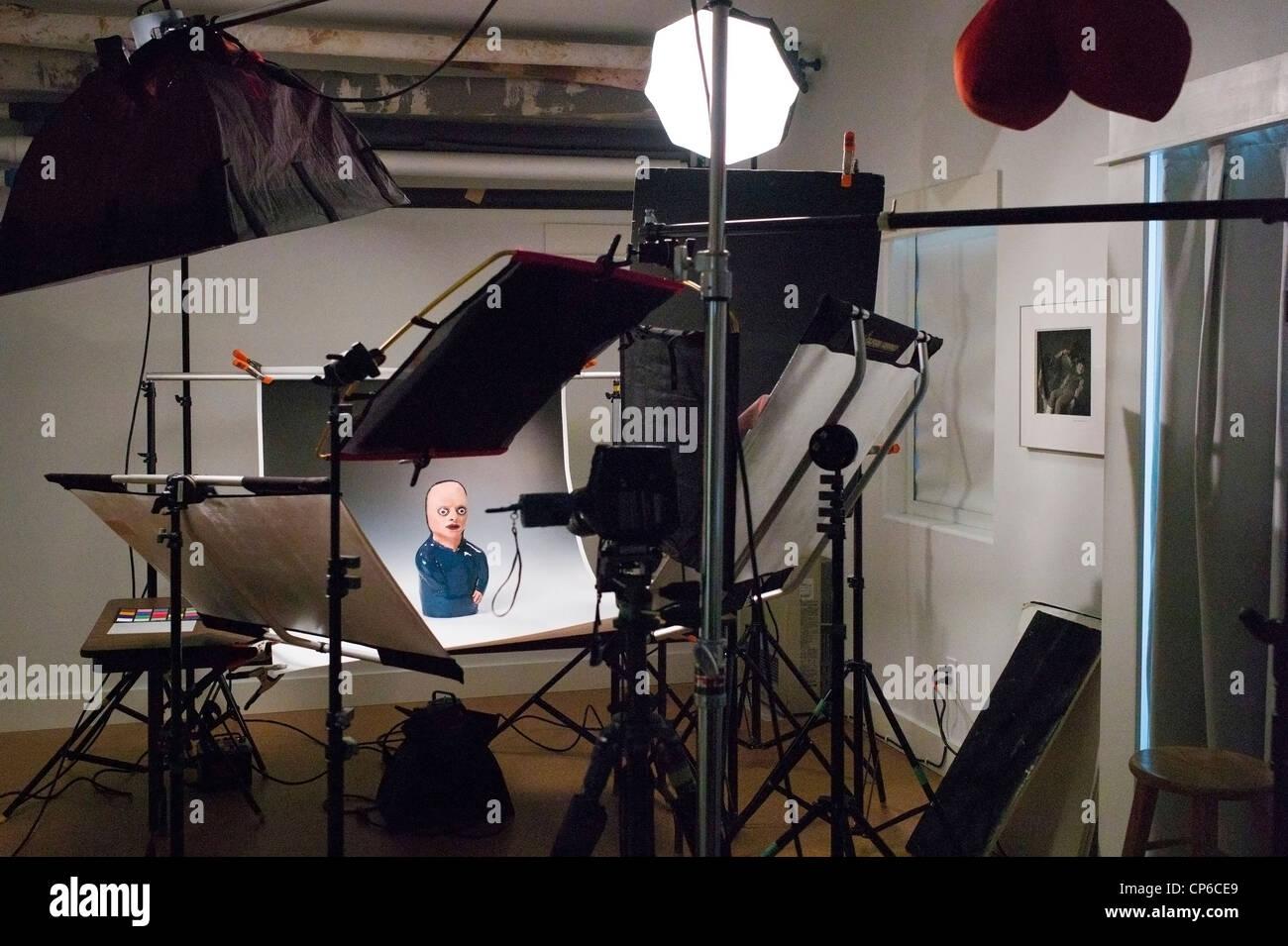 Beleuchtung, Griff und Kamera-Ausrüstung in einem kommerziellen Fotostudio. Stockfoto