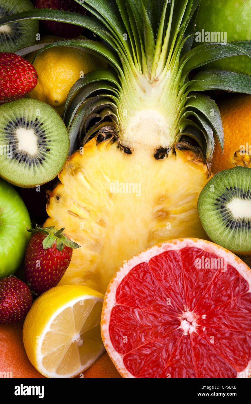 Auswahl an Obst - in Scheiben geschnitten und ganz Stockbild