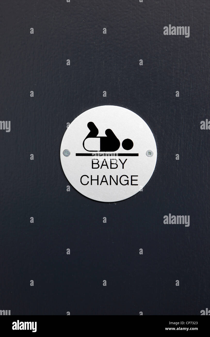 Baby Vorzeichenwechsel auf einer WC-Tür Stockbild