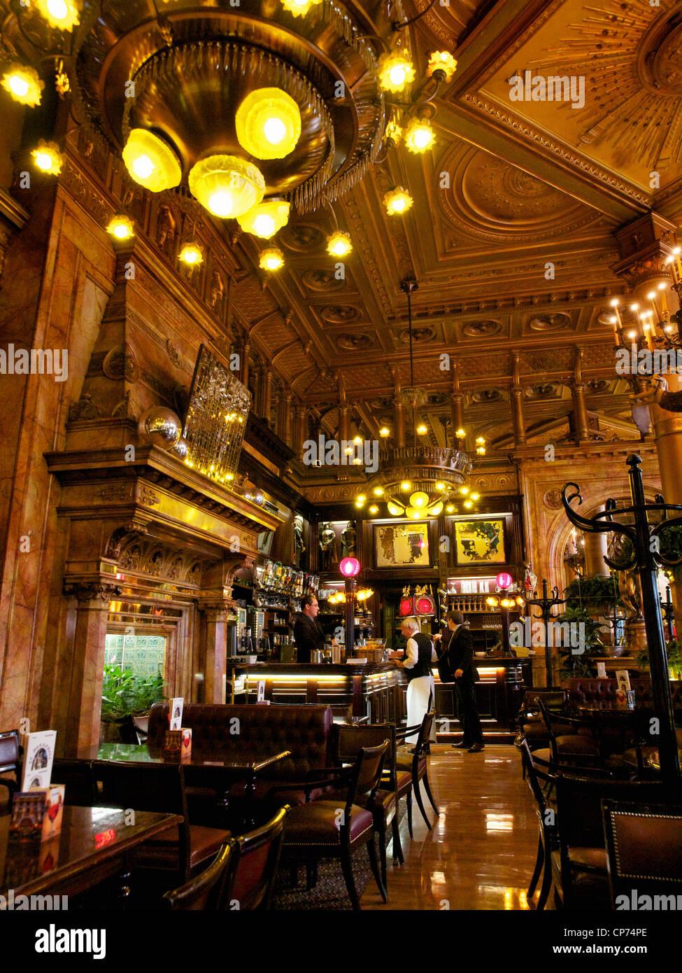 Die Bar des berühmten Hotel Metropole verfügt über eine spektakuläre historische Inneneinrichtung. Stockbild