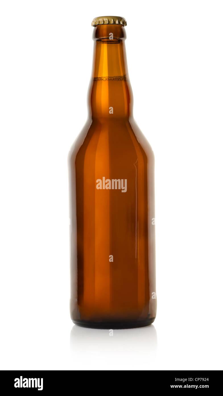 Bier in einer braunen Flasche isoliert auf einem weißen Hintergrund. Clipping-Pfad Stockbild