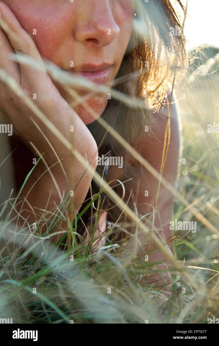 junge Frau in Wiese Stockbild
