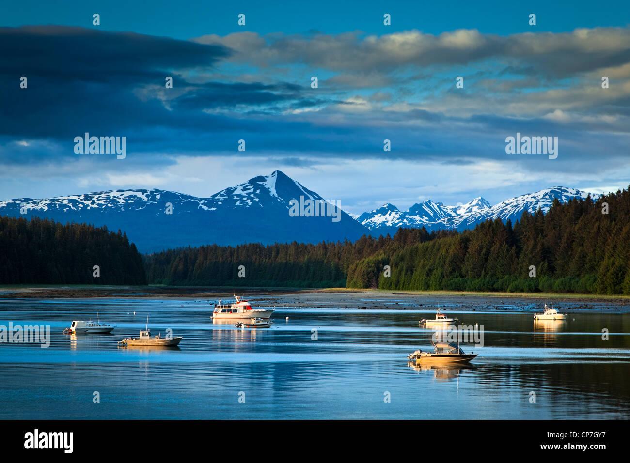 Schönen Abend Blick auf Bartlett Cove und vertäuten Fischerbooten, Glacier Bay Nationalpark & Preserve, Stockbild