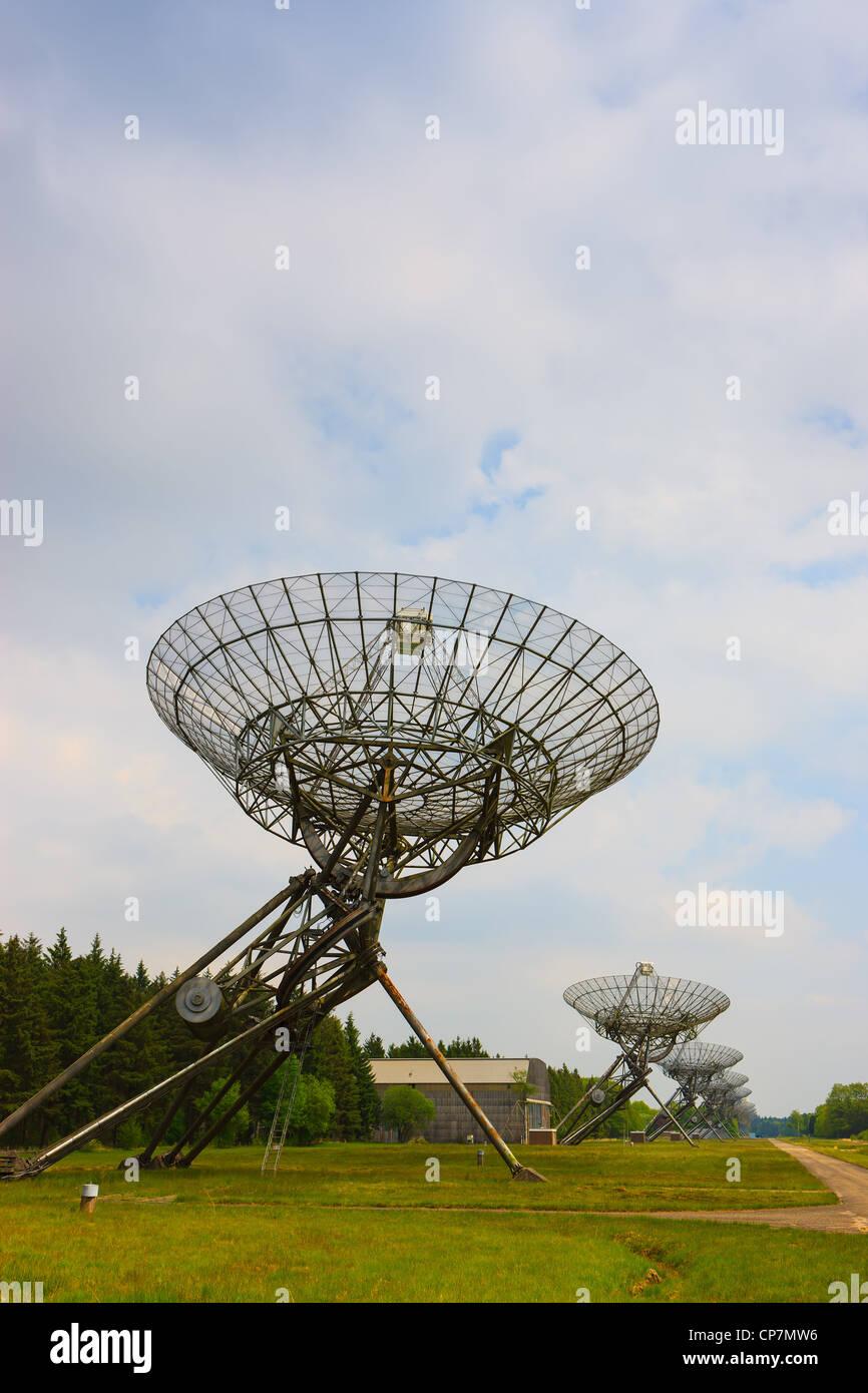 Parabolische Radioantennen in Westerbork in den Niederlanden. Westerbork Synthese Radioteleskop (WSRT) Stockbild