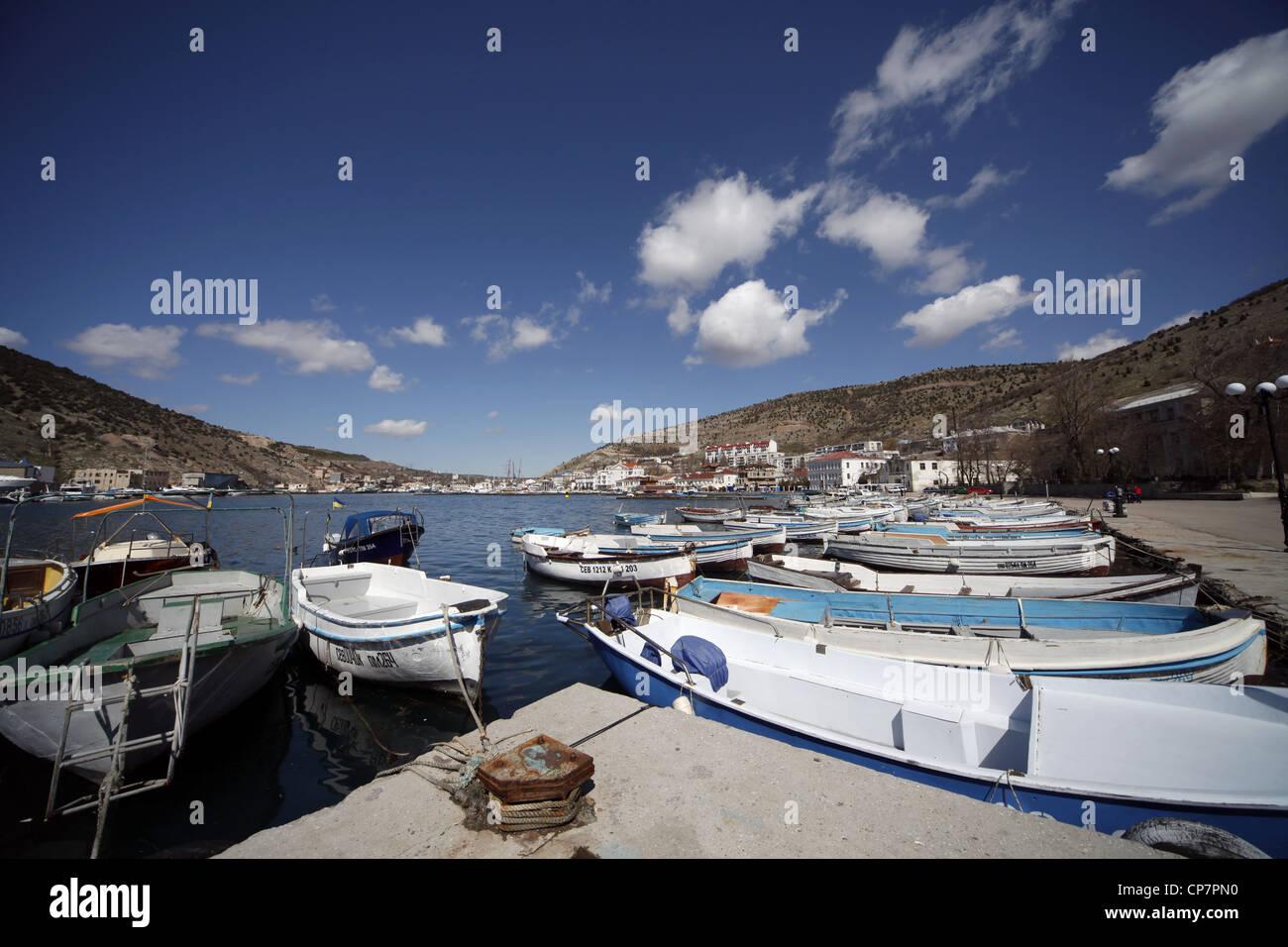 Boote im Hafen BALAKLAWA Krim UKRAINE 2. April 2012 Stockbild