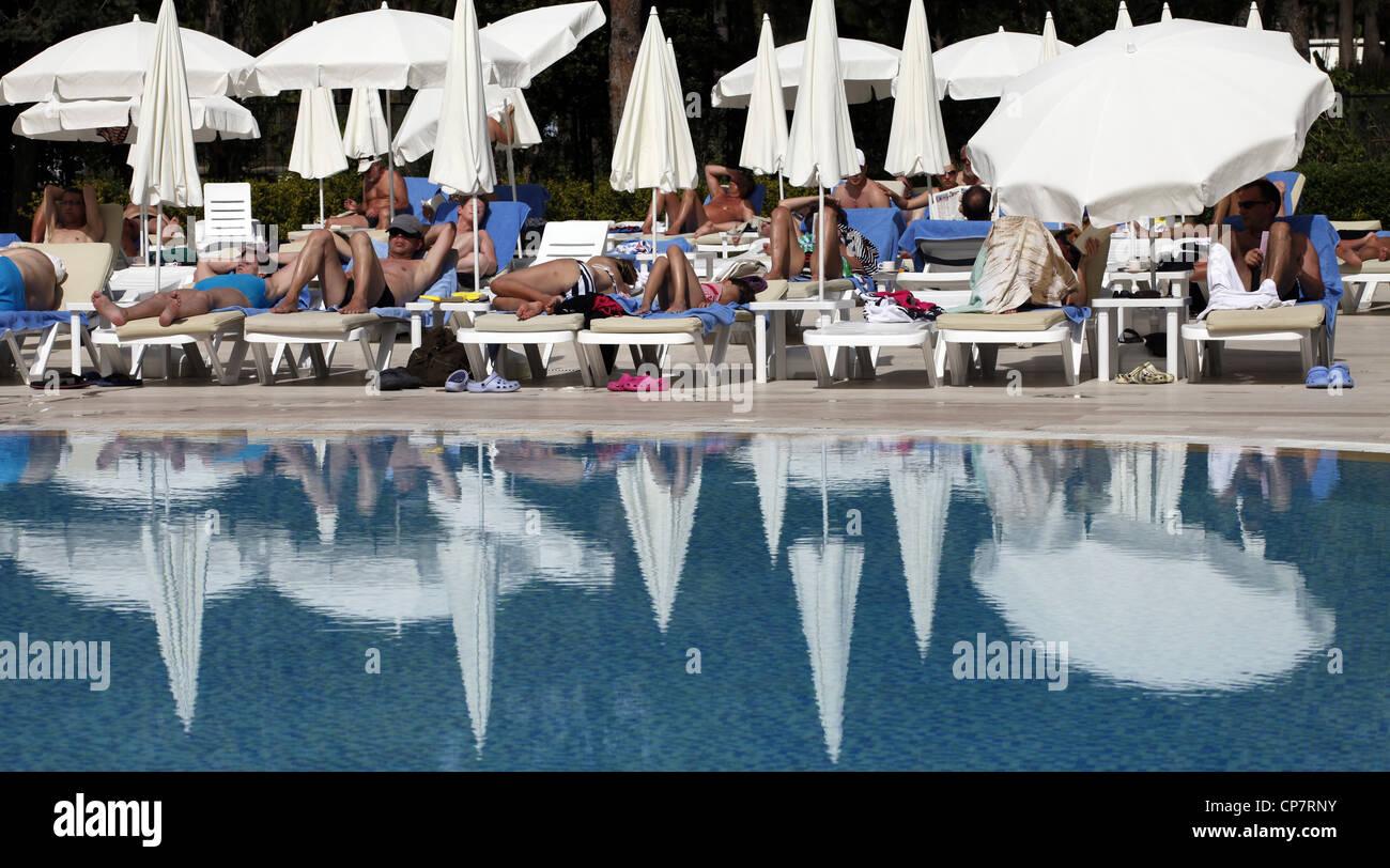 Weiße Sonnenschirme & Reflexionen am SWIMMING POOL SIDE Türkei 15. April 2012 Stockbild