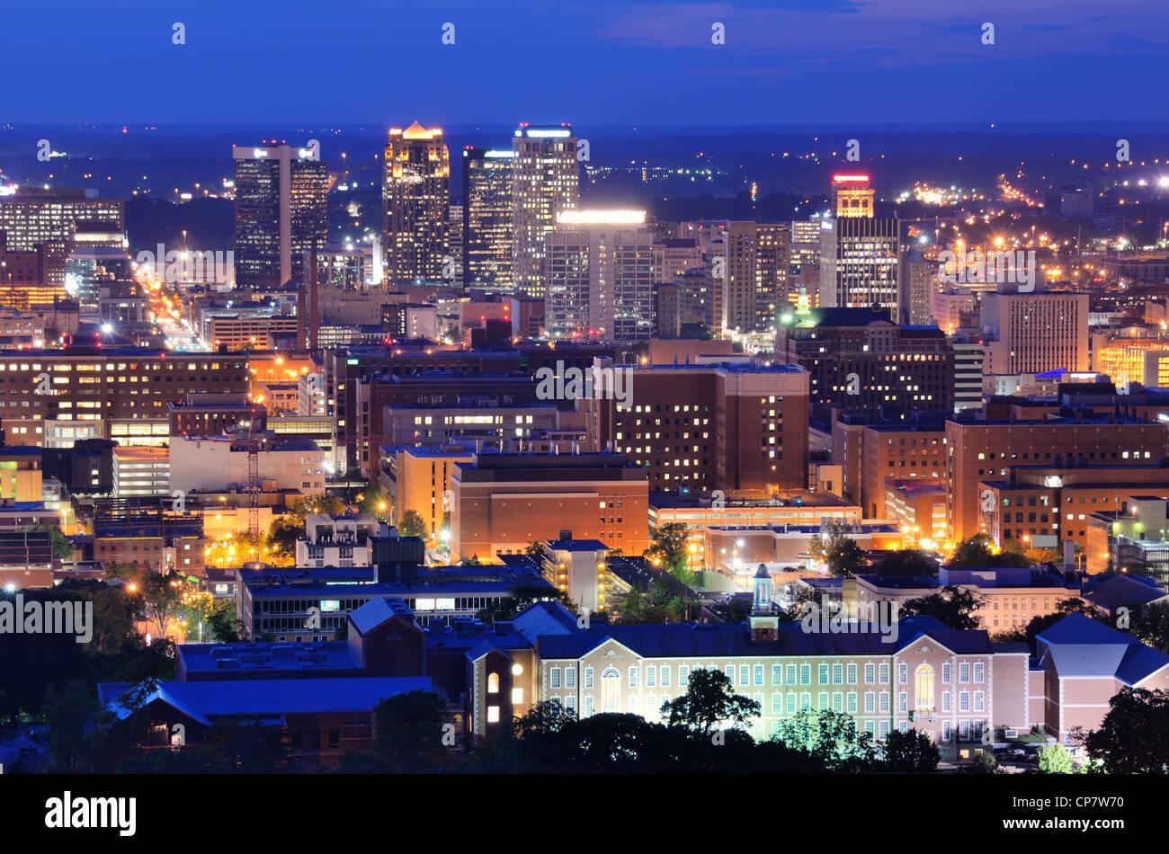 Die Innenstadt von Skyline von Birmingham, Alabama, USA in der Nacht. Stockbild