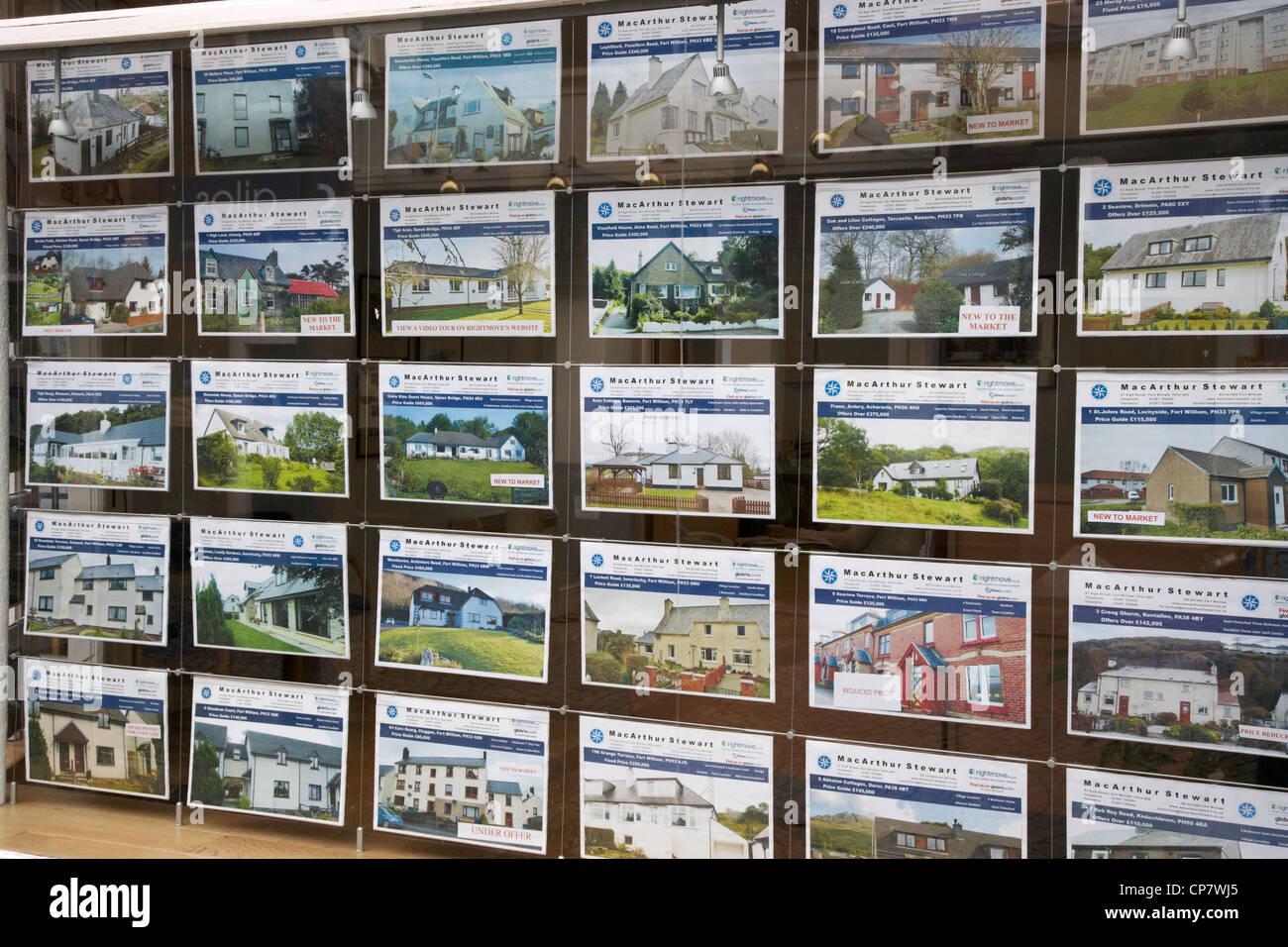 Häuser zum Verkauf in das Fenster eines Immobilienmaklers in Schottland, Vereinigtes Königreich Stockfoto