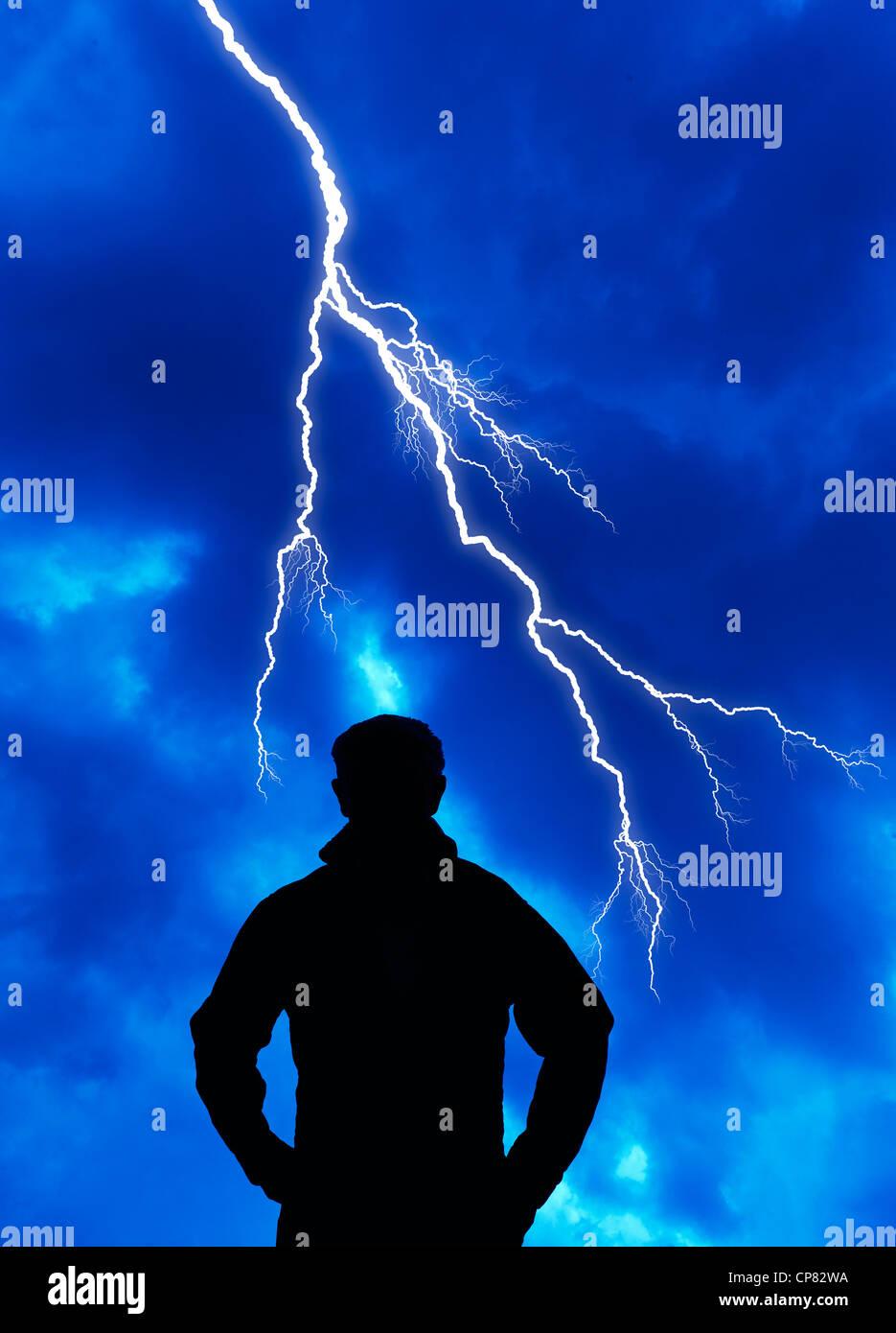 computergenerierte Silhouette des Mannes und Blitz Stockbild