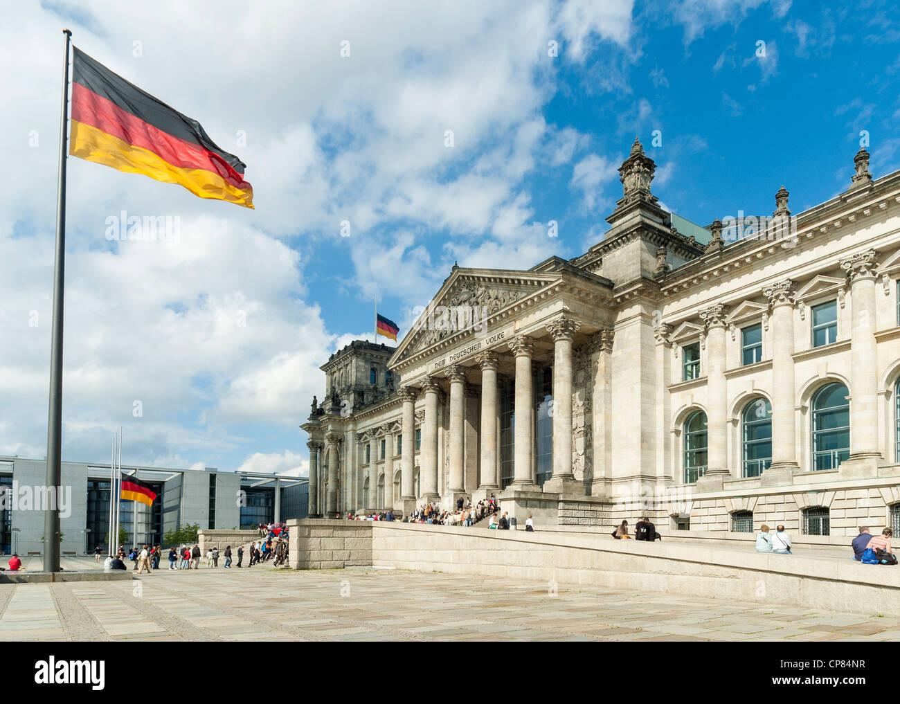 Reichstag, Berlin, Deutschland - deutsche Parlamentsgebäude mit deutscher Flagge Stockbild