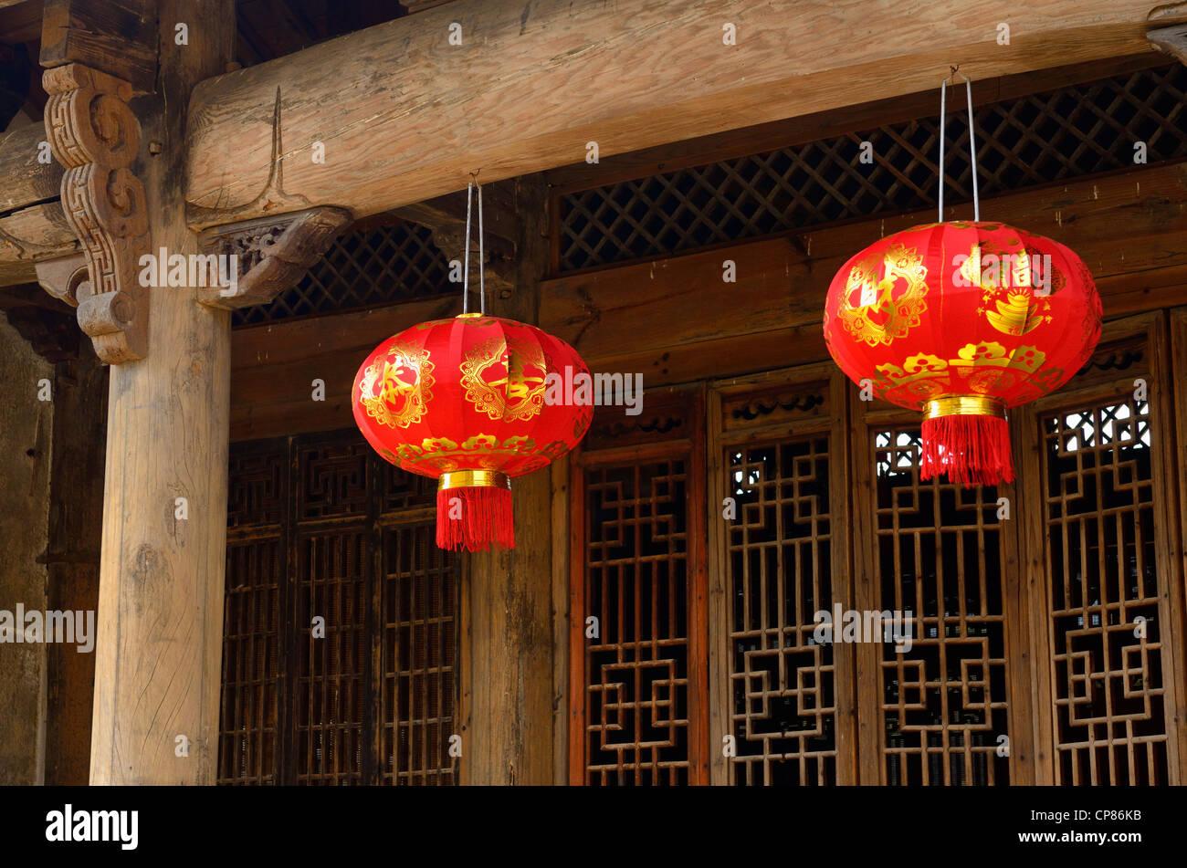 Rote Laternen hängen Holz Türrahmen in alten Chengkan Dorf Huangshan ...